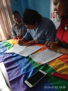 Centro democrático a traves de jorge velez firma acuerdo por la igualdad lgbt con jimmy jairala (1)