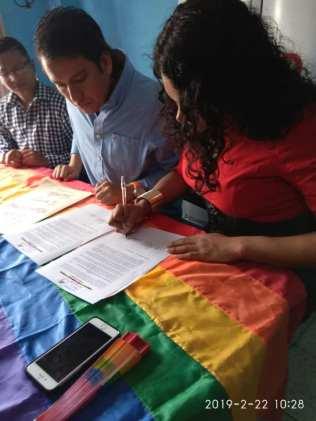Centro democrático a traves de jorge velez firma acuerdo por la igualdad lgbt con jimmy jairala (2)