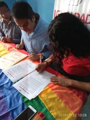 Centro democrático a traves de jorge velez firma acuerdo por la igualdad lgbt con jimmy jairala (8)