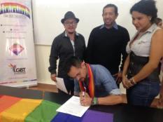 Concejal a Pachacutik Juio Neira firmó el acuerdo por la Igualdad LGBT (3)