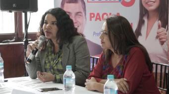 Firma Acuerdo Por la Igualdad Paola Pabon prefecta y Federacion ecuatoriana de organizaciones LGBT Diane Rodriguez Zambrano